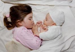Красивая сестра пытается возбудить брата