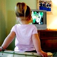 Каждый час, проведенный малышом у телевизора,  позже отражается на размере его талии