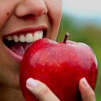 Одно яблоко в день снижает уровень холестерина, который способствует затвердению артерий