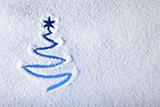 Снежинки, словно маленькие звездочки, падают с небес...