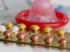 Использование презервативов падает, когда молодые женщины используют гормональные контрацептивы