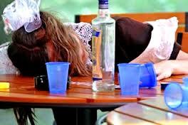 Современные подростки больше пьют, но меньше курят