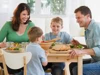 Подростки, которые едят со своими родителями, менее подвержены расстройствам пищевого поведения