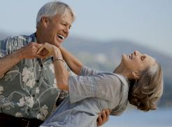 Жизнерадостные люди в пожилом возрасте ходят быстрее и остаются более активными