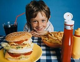 Питаясь фаст-фудом, дети потребляют больше калорий