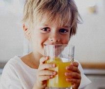 Родители часто не подозревают, что, давая детям соки, способствуют разрушению их зубов