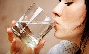 Большое количество выпитой воды не избавляет от морщин